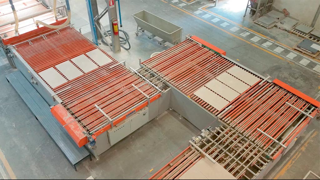 RUS – Square exit roller conveyor + PT1L – Transversal positioner with lateral entrance.